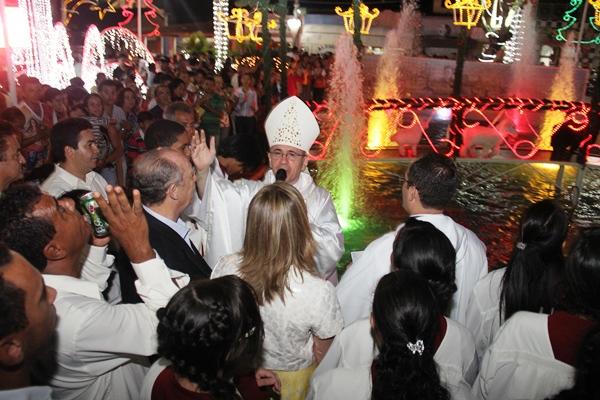 Após a missa o bispo e o pároco da cidade Oldack Carneiro deram as bençãos em frente ao presépio