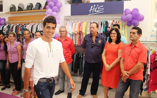 Ao lado do empresário Manoel Azevedo Clélia e Josenilson observam a mais nova coleção HIS