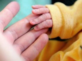 Após a assinatura da certidão de óbito, o bebê foi entregue a uma funerária, que não efetuou a cremação porque a criança começou a chorar