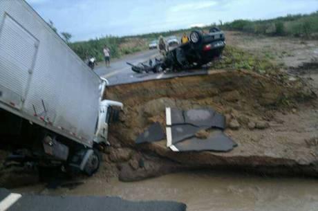 Corpo do condutor do caminhão ficou preso dentro da boleia do veículo Foto: Polícia Militar