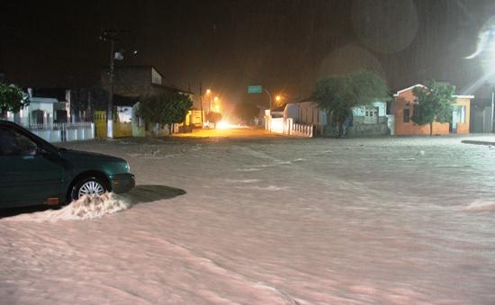 O volume d'água foi muito grande na Praça da Fonte Luminosa sentido Hospital Regional e Olhos D'água.