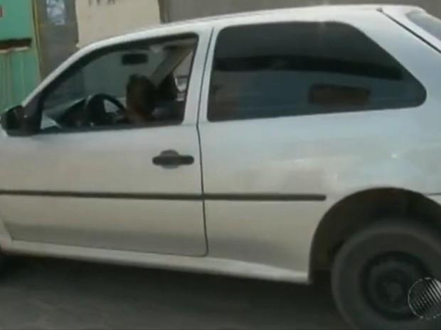 Menino é flagrado dirigindo carro em Feira de Santana (Foto: Reprodução/ TV Subaé)