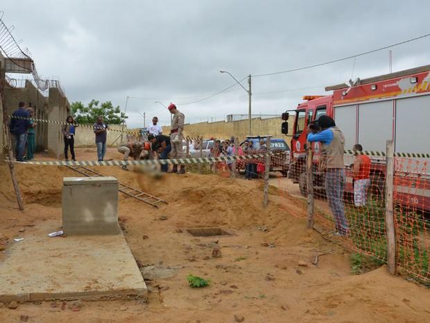 Corpo de homem foi encontrado em buraco de 2 metros de profundidade (Foto: Anderson Oliveira / Blog do Anderson)
