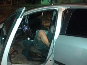 A PM acredita que o homem bebeu tanto que adormeceu e nem conseguiu desligar o carro.