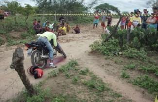 Mesmo morto a vítima permaneceu em pé sobre a moto.