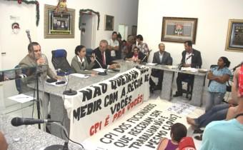 Duas faixas direcionaram criticas ao autor do pedido da CPI.