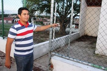Tião pediu e foi atendido a colocação da rede de proteção do alambrado da quadra das Populares, mas garante que a obra é muito lenta