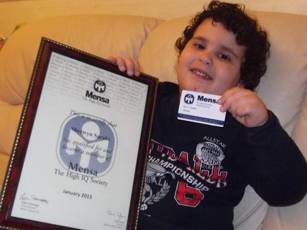Sherwyn Sarabi mostra o certificado de membro da Mensa, a sociedade que reúne as pessoas de mais alto QI do mundo (Foto: Reprodução/Facebook)