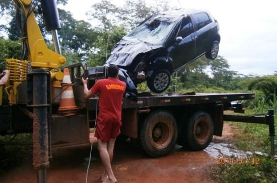 Veículo foi retirado de dentro do rio