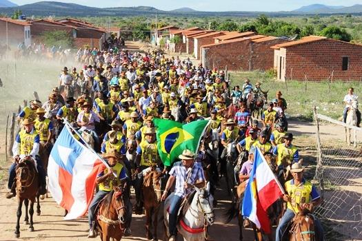 De posse da bandeira do Brasil o responsável pela festa, Clemilton (Peixe) puxou a grande multidão.