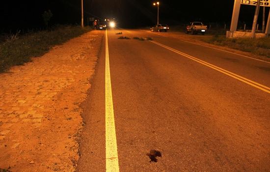 A esquerda no acostamento uma Parati da vítima de onde ele foi projetado e caiu no local marcado pelo sangue.