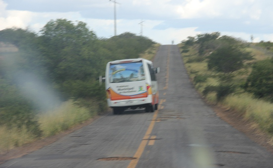 Este ônibus vai para a contra mão para se livrar de buracos.