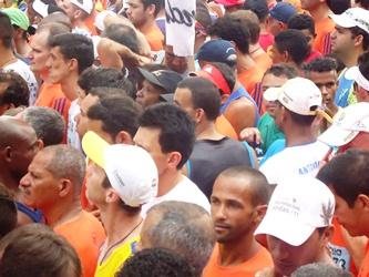 Kalunga aparece na foto na grande multidão e disse que não tinha condições de se mover.