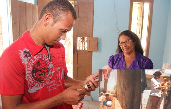 Léo observa as únicas fotos que estão com a avó Maria Madalena sob o olhar de contentamento da sua mãe.
