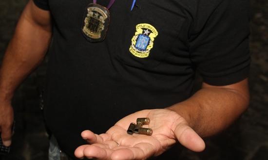 Quatro cápsulas foram encontradas no local, mas segundo populares foram cerca de sete tiros disparados