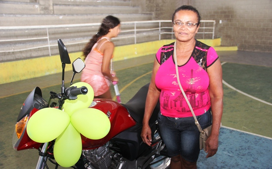 A senhora Djanira moradora da laginha foi a primeira contemplada e foi lá para conferir se a noticia que lhe passaram era uma realidade e aproveitou para posar ao lado da sua moto.