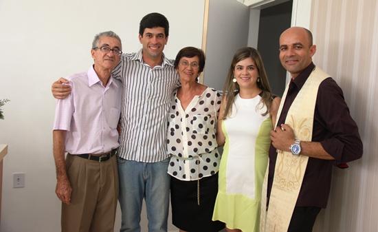 Junto aos pais e uma das irmãs, Germano agradeceu as bençãos do padre Aroldo
