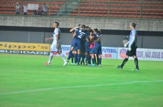 Márcio Greick goleiro que mais conquistou título do intermunicipal só observa a comemoração dos tricolores após a marcação do único gol.