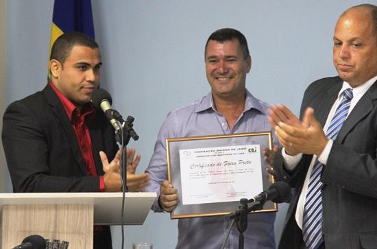 Presidente passa as mãos do Sensei Vladson o certificado da faixa preta do 5º Dan