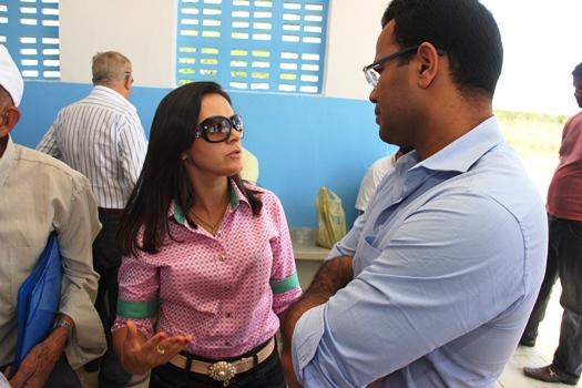 Prefeito Silva Neto de Araci ouve atentamente a prefeita de Jeremoabo.