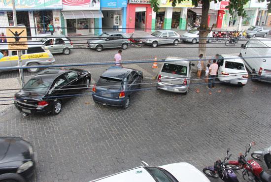 Todas as vagas ocupadas por carros particulares - registro feito na tarde de quarta-feira,09.