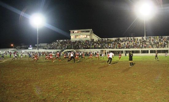 Jogadores do Bahia correm em direção ao goleiro Rauan responsável por defender um penalti