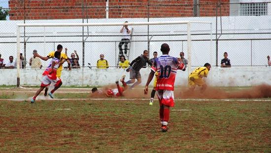 Neste lance o ataque do Bahia levantou poeira, mas a zaga do Ypiranga esteve firme.