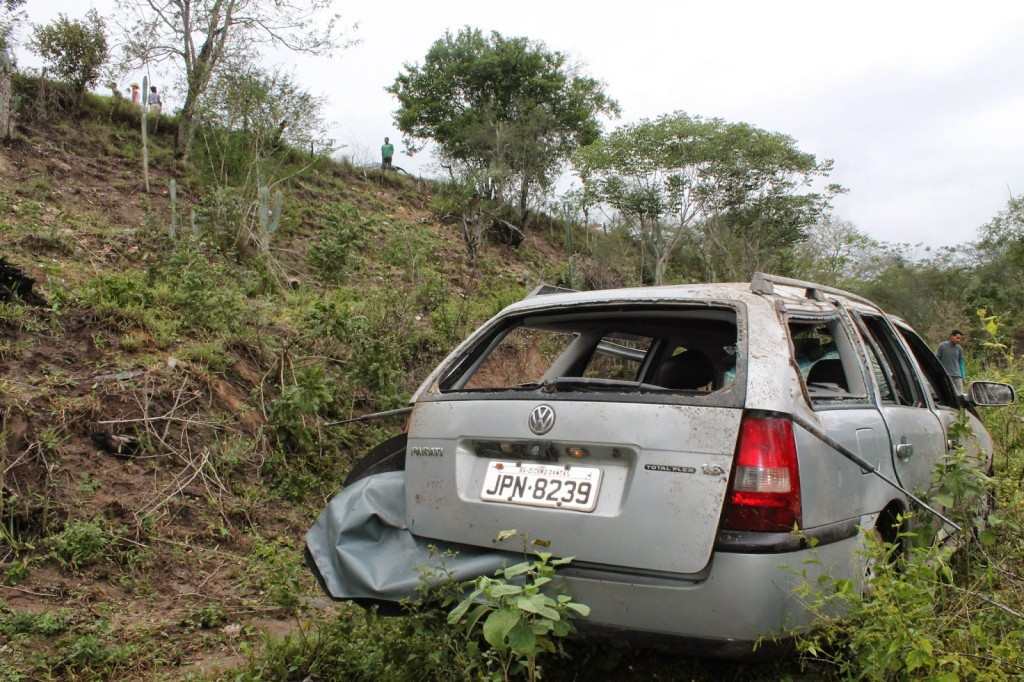 carro desgovernado cai em ribanceira-2