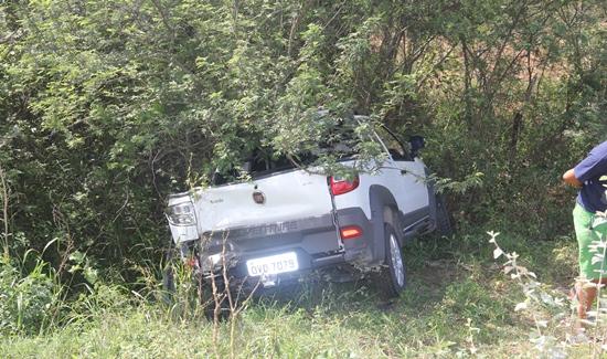 Fiat Strada só parou quando encontrou a vegetação.
