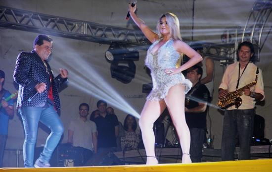 Edson Lima com um vocal inconfundível e Kelly Freitas com toda sensualidade empolgaram o grande público.