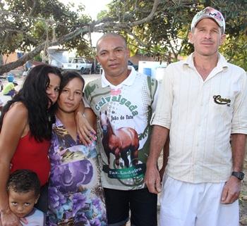 Rogério irmão de Juci (de boné)  diz não ter nenhum filho, sugerido ao pai dos doze garotos  que deixasse ele levar um, Chitão como é conhecido disse que não, pois desfalcaria o time.