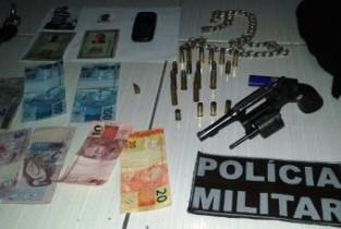 Revólver, munição  e dinheiro encontrados com a dupla.