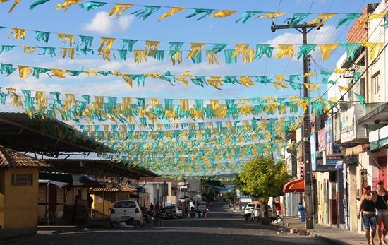 Esta Rua no Centro de Abastecimento tradicionalmente é a primeira a ganhar decoração, o verde e amarelo já está montado a mais de uma semana.