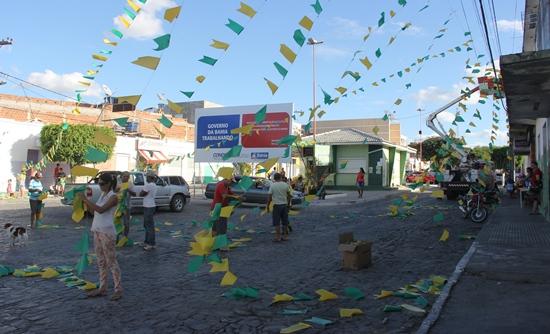 Rua Padre Madureira por onde a Prefeitura iniciou a ornamentação.