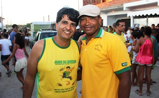 Professor Danilo (E) e Josemar garantem que a tendencia é que a cada ano a festa seja melhor.