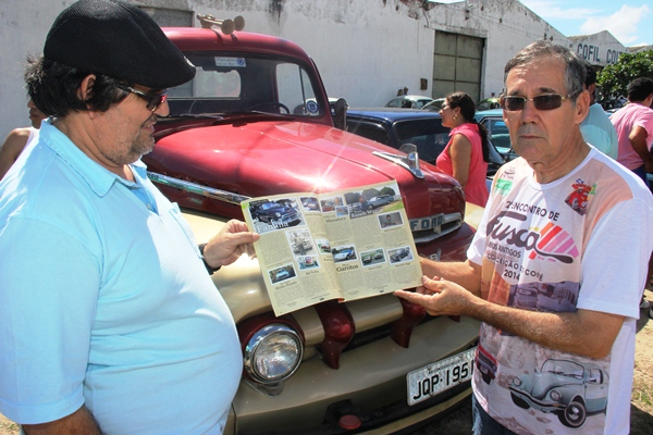 Fernando ao lado do irmão Neto exibe a revista com a foto do FORD