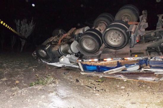 carreta tomba depois de acidente
