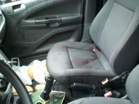 Manchas de sangue do assaltante ficaram no banco do carro.