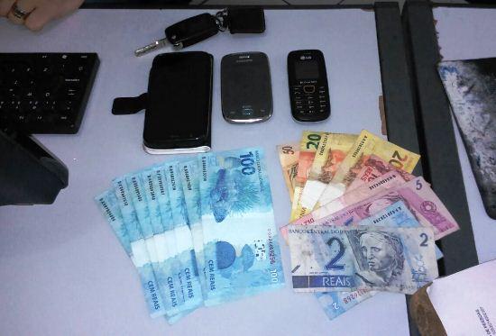 Dinheiro e celulares encontrados com o casal.