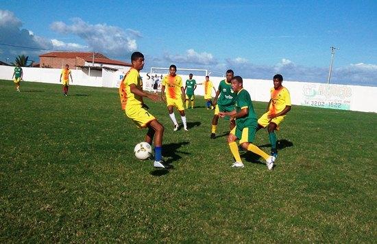 Seleção de Coité (de verde) aproveitou para conhecer o estadio onde irá mandar seus jogos,