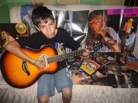 Garoto já nasceu  amante do rock internacional