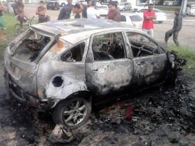 Carro ficou completamente destruído pelo fogo após o acidente