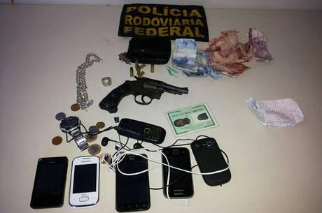 Material roubado e revólver calibre 32 apreendido