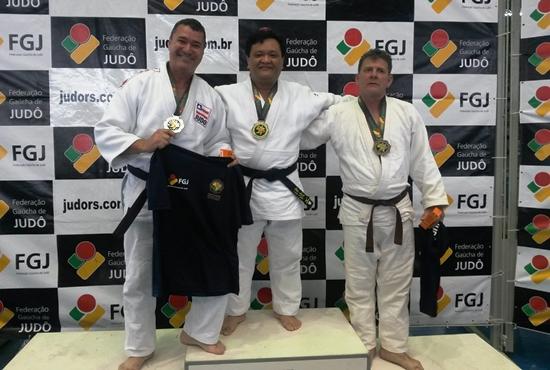 Vladson Matos (E) comemora o segundo lugar