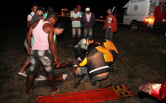 Atendimento aos irmãos que caíram juntos fora da pista. Ao fundo as outras vítimas ficaram a uma distancia de mais de 20 metros.