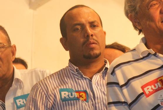 Prefeito Adriano Araújo durante o comício em Araci