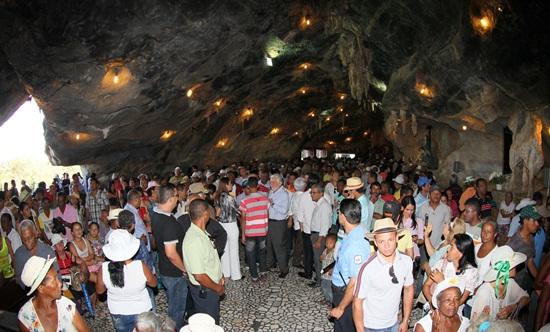 Igreja dentro das grutas chama a atenção pelo grande ação da natureza.