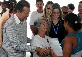 Prefeito Assis juntamente com Jussara viúva de Mário da Caixa homenageado entrega uma das chaves a nova moradora.