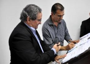 Prefeito Francisco de Assis junto ao presidente da JUCEB Francisco Nobre da assinatura da parceria.