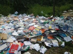 Um professor disse ter ficado sabendo que os livros estavam velhos.